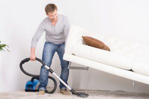 Trucos para limpiar debajo del sofá